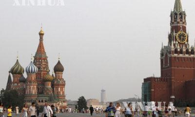 Russia ႏိုင္ငံရွိ Red square တြင္ လူမ်ား သြားလာေနစဥ္ (ဆင္ဟြာ)