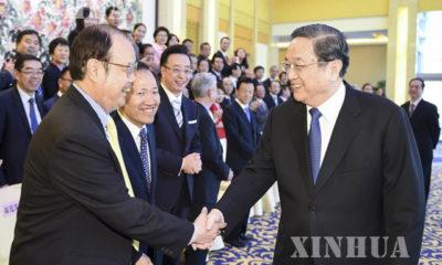 တရုတ်နိုင်ငံ၏ နိုင်ငံရေး ထိပ်တန်းအကြံပေး Yu Zhengsheng ( ယာ) နှင့် ဟောင်ကောင် ၊ မကာအို အထူး အုပ်ချုပ်ခွင့်ရ ဒေသများမှ ကိုယ်စားလှယ်များအား တွေ့ဆုံ နှုတ်ဆက်နေကြစဉ် ( ဆင်ဟွာ )