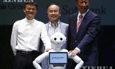 အလီဘာဘာ ဥက္ကဋ္ဌ ဂျက်မား (ဘယ်) နှင့် SoftBank ကုမ္ပဏီ ဥက္ကဋ္ဌ မာဆာရိုရှိဆန် (လယ်) တို့အား pepper လူတူစက်ရုပ်နှင့်အတူ တွေ့ရစဉ် (ဆင်ဟွာ)
