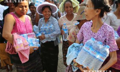 မကွေးတိုင်းဒေသကြီး အတွင်း ရေရှားပါး ဒေသများသို့ မြန်မာနိုင်ငံဆိုင်ရာ တရုတ်သံရုံးမှ သံမှူးကြီး ချန်းချန် ဦးဆောင်သော အဖွဲ့မှ သောက်သုံးရေသန့်များ သွားရောက် လှုဒါန်းနေစဉ် (ဆင်ဟွာ)