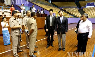 မြန်မာနိုင်ငံဆိုင်ရာ တရုတ်သံအမတ်ကြီး မစ္စတာ ဟုန်လျန်နှင့် ကျွမ်းကျင် ပညာရှင်များက သုဝဏ္ဏ အားကစားကွင်းသို့သွားရောက် ကြည့်ရှုနေစဉ်(ဆင်ဟွာ)