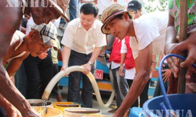 မြန်မာနိုင်ငံဆိုင်ရာ တရုတ်သံအမတ်ကြီး မစ္စတာ ဟုန်လျန်က ဒလမြို့နယ် ဒေသခံပြည်သူများအား သောက်သုံးရေများ ပေးဝေလှူဒါန်းနေမှုများ တွေ့ရစဉ်(ဆင်ဟွာ)