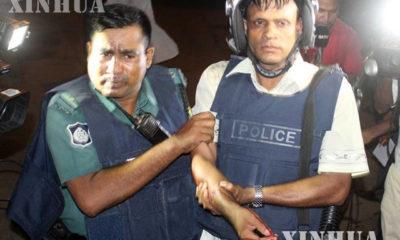 ဒါကာမြို့ရှိ အဆင့်မြင့် စားသောက်ဆိုင် တိုက်ခိုက်မှုတွင် ဒဏ်ရာရရှိသည့် ရဲအား တွေ့ရစဉ် (ဆင်ဟွာ)