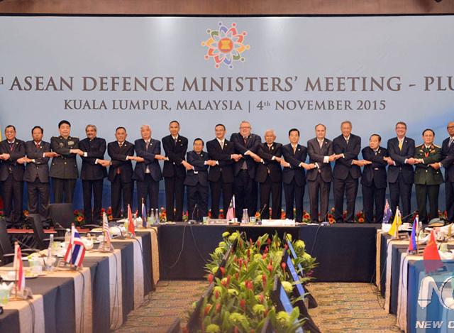 မေလးရွားႏုိင္ငံ ကြာလာလမ္ပူၿမိဳ႕၌ ၂၀၁၅ ခုႏွစ္ ႏိုဝင္ဘာလ ၄ ရက္က ျပဳလုပ္ခဲ့ေသာ တတိယအႀကိမ္ေျမာက္ ASEAN DEFFENCE MINISTERS' MEETING-PLUS တြင္ တက္ေရာက္လာေသာသူမ်ား စုေပါင္း အမွတ္တရ ဓာတ္ပံု ရိုက္ကူးေနစဥ္ (ဓာတ္ပံု-အင္တာနက္)
