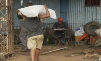 ဖီဂ်ီႏို္င္ငံရွိ ကေလးအလုပ္သမားတစ္ဦးအား ေတြ႕ရစဥ္ (ဓာတ္ပံု-အင္တာနက္)