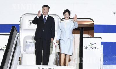 တရုတ် နိုင်ငံ သမ္မတ ရှီ နှင့် ၎င်း၏ ဇနီး ဖြစ်သူ Peng Liyuan တို့အား ဂရိ နိုင်ငံ လေဆိပ်၌ တွေ့ရစဉ်(ဆင်ဟွာ)