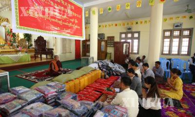 မြန်မာနိုင်ငံဆိုင်ရာ တရုတ် နိုင်ငံ သံရုံးမှ သံမှူးကြီး Ms.Li Xiaoyan က ထောက်ပံ့ ပစ္စည်းများ ပေးအပ်စဉ်(ဆင်ဟွာ)