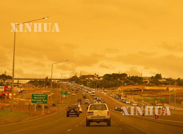 ဩစတြေးလျ တောမီးမှ ထွက်လာသည့် မီးခိုးများကြောင့် နယူးဇီလန်နိုင်ငံ အက်ခ်လန်မြို့ကောင်းကင် လိမ္မော်ရောင်အဖြစ် ပြောင်းလဲသွားသည်ကို တွေ့ရစဉ် (ဆင်ဟွာ)
