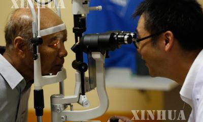 တရုတ် နိုင်ငံမှ ဆရာဝန် တစ်ဦးက မြန်မာနိုင်ငံရှိ မျက်စိ ဝေဒနာရှင် တစ်ဦးအား စစ်ဆေး ကြည့်ရှုနေစဉ်(ဆင်ဟွာ)