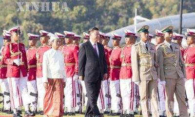 မြန်မာနိုင်ငံ သမ္မတ ဦးဝင်းမြင့် နှင့် တရုတ် နိုင်ငံသမ္မတ ရှီကျင့်ဖိန်တို့က ဂုဏ်ပြုတပ်ဖွဲ့အား စစ်ဆေးနေမှုအား တွေ့ရစဉ်(ဆင်ဟွာ)