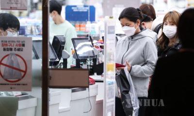 တောင်ကိုရီးယားနိုင်ငံ ဆိုးလ်မြို့ရှိ ဈေးဆိုင်တစ်ခုတွင် စောင့်ဆိုင်းနေကြသော ဒေသခံများအား တွေ့ရစဉ် (ဆင်ဟွာ)