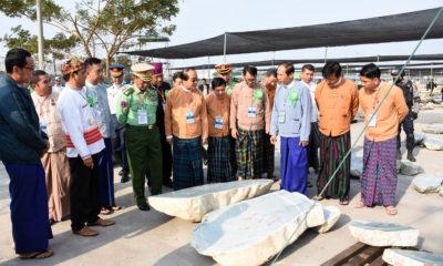 ကျောက်စိမ်းအရောင်းပြပွဲတွင် ခင်းကျင်း ပြသထားမှုများအား တာဝန်ရှိသူများ လိုက်လံ ကြည့်ရူနေစဉ်(ဓာတ်ပုံ - MOI)