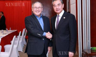 တရုတ်နိုင်ငံ နိုင်ငံတော်ကောင်စီဝင် နိုင်ငံခြားရေးဝန်ကြီး ဝမ်ရိ နှင့် ဖိလစ်ပိုင်နိုင်ငံခြားရေးဝန်ကြီး Teodoro Locsinတို့တွေ့ဆုံနှုတ်ဆက်စဉ် (Xinhua)