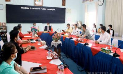 မန္တလေးမြို့အခြေစိုက် တရုတ်နိုင်ငံ ကောင်စစ်ဝန်ချုပ် မစ္စတာချန်းချန်က မန္တလေးနိုင်ငံခြားဘာသာတက္ကသိုလ်သို့ သွားရောက်၍ ဆရာဆရာမများ၊ တရုတ်ပညာတော်သင်ကျောင်းသားကျောင်းသူများနှင့်တွေ့ဆုံစဉ် (ဆင်ဟွာ)