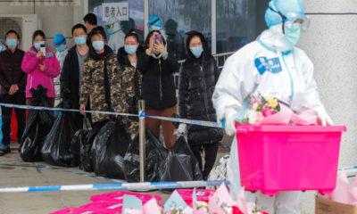 တရုတ်နိုင်ငံ၌ ကိုရိုနာဗိုင်းရပ်စ် ရောဂါသက်သာပျောက်ကင်း၍ ဆေးရုံမှ ဆင်းခွင့်ရသူများအားတွေ့ရစဉ်(ဆင်ဟွာ)