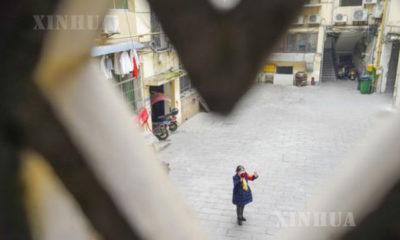 တရုတ်နိုင်ငံ အနောက်တောင်ပိုင်း ချုံချင့် မြူနီစီပယ်၊ ပေးပေခရိုင်တွင် COVID-19 တိုက်ဖျက်ရေးအတွက် လုပ်ဆောင်နေသော အသက် ၆၂ နှစ်အရွယ် စေတနာ့ဝန်ထမ်း ဟွမ်ယွမ်ကျင်အား တွေ့ရစဉ် (ဆင်ဟွာ)