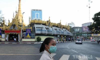 ရန်ကုန်မြို့လယ်၌ နှာခေါင်းစည်းတပ်၍ သွားလာသူ တစ်ဦးအား တွေ့ရစဉ်(ဆင်ဟွာ)