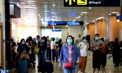 ရန်ကုန်အပြည်ပြည်ဆိုင်ရာလေဆိပ်၌ ကိုရိုနာဗိုင်းရပ်စ် ကာကွယ်ရေးအဖြစ် masks များတပ်ဆင်သွားလာနေစဉ် (ဆင်ဟွာ)