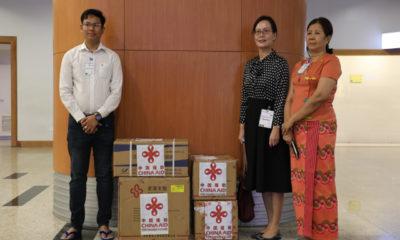 မြန်မာနိုင်ငံဆိုင်ရာ တရုတ်နိုင်ငံ သံရုံးမှ သံမှူးကြီး ဒေါ်နွဲ့ကလျာနှင့်တာဝန်ရှိသူများအား COVID-19 ရောဂါတိုက်ဖျက်ရေးပစ္စည်းများနှင့်အတူ တွေ့ရစဉ်(ဓာတ်ပုံ - Chinese Embassy in Myanmar)