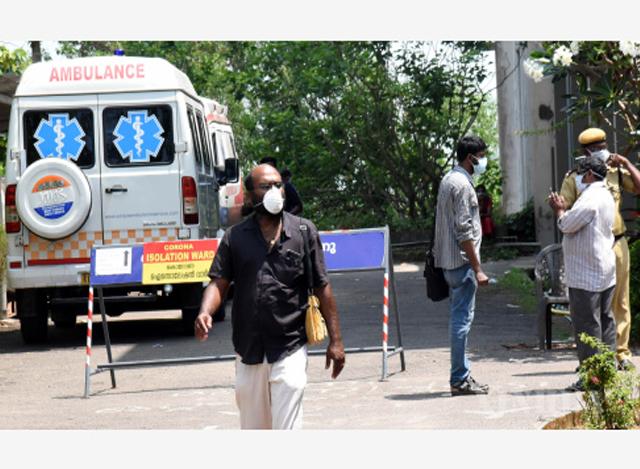 အိန္ဒိယ နိုင်ငံ၌ နှာခေါင်းစည်းဖြင့် သွားလာသူများအား တွေ့ရစဉ်(ဆင်ဟွာ)