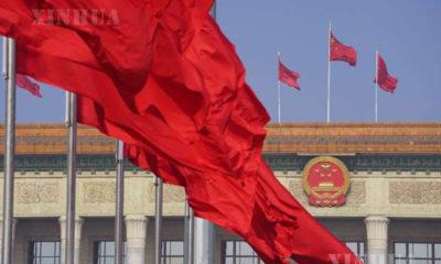 တရုတ်နိုင်ငံ မြို့တော် ပေကျင်းရှိ ထျန်းအန်းမင်ရင်ပြင်နှင့် ပြည်သူ့ခန်းမကြီးထိပ်ဖျားတွင် နိုင်ငံတော်အလံလွှင့်တင်ထားသည်ကို တွေ့ရစဉ် (ဆင်ဟွာ)
