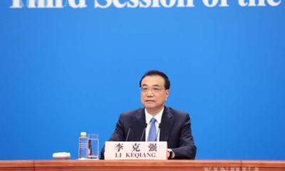 တရုတ်နိုင်ငံ ဝန်ကြီးချုပ် လီခဲ့ချန်အား ၁၃ ကြိမ်မြောက် အမျိုးသားပြည်သူ့ကွန်ဂရက် (NPC) တတိယမြောက်အစည်းအဝေးအပြီး သတင်းစာရှင်းလင်းပွဲ၌ တွေ့ရစဉ် (ဆင်ဟွာ)