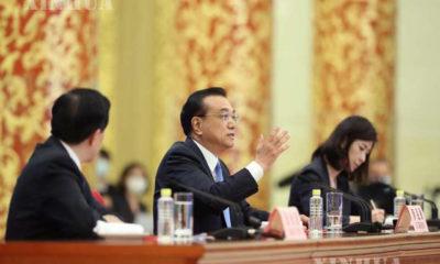 ၁၃ ကြိမ်မြောက် အမျိုးသားပြည်သူ့ကွန်ဂရက် (NPC) တတိယမြောက်အစည်းအဝေးအပြီး သတင်းစာရှင်းလင်းပွဲ ပြုလုပ်နေသည့် တရုတ်နိုင်ငံ ဝန်ကြီးချုပ် လီခဲ့ချန်အား တွေ့ရစဉ် (ဆင်ဟွာ)
