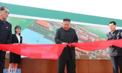 မြောက်ကိုရီးယား နိုင်ငံ အမြင့်ဆုံးခေါင်းဆောင် ကင်ဂျုံအန်း က Suncheon ဖော့စဖိတ် ဓါတ်မြေသြဇာ ထုတ်လုပ်မှု စက်ရုံ အား ဖဲကြိုးဖြတ်ဖွင့်လှစ်ပေးနေစဉ် (ဆင်ဟွာ/KCNA)