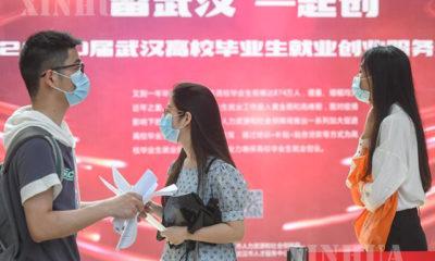 ဝူဟန်မြို့ Jianghan တက္ကသိုလ်၌ ပြုလုပ်သည့် အလုပ်အကိုင်ပြပွဲသို့ လာရောက်သည့် အလုပ်အကိုင် ရှာဖွေသူများအား တွေ့ရစဉ်(ဆင်ဟွာ)