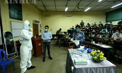 ရန်ကုန်မြို့ ရှိ ဆေးရုံ တစ်ခုတွင် တရုတ် ဆေးပညာရှင်က ကာကွယ်ရေးဝတ်စုံ ဝတ်ဆင်ပုံ ကို ပြသပေးနေစဉ် (ဆင်ဟွာ)