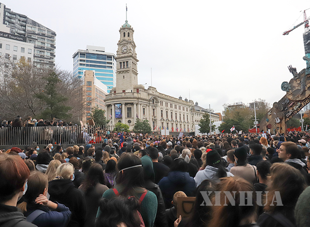 နယူးဇီလန်နိုင်ငံ အော့ကလန်မြို့၌ ဇွန် ၁ ရက်တွင် ဖြစ်ပွါးသော ဆန္ဒပြလှုပ်ရှားမှုများအား တွေ့ရစဉ် (ဆင်ဟွာ)