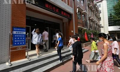 တရုတ်နိုင်ငံ ရှန်းရှီပြည်နယ် ရှီအန်းရှိ အမျိုးသားကောလိပ်ဝင်ခွင့်စာမေးပွဲအတွက် ကျောင်းသားများ ကျောင်းအဝတွင် တန်းစီနေကြသည်ကို ဇူလိုင် ၇ ရက်ကတွေ့ရစဉ်(ဆင်ဟွာ)