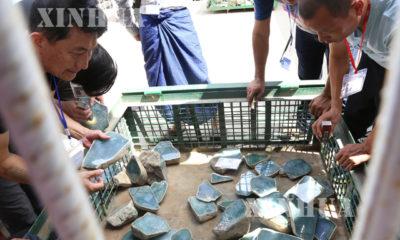 ကျောက်မျက်အရောင်းပြပွဲတစ်ခုတွင် ကျောက်စိမ်းတွဲကြည့်နေသူများအားတွေ့ရစဉ် (ဆင်ဟွာ)