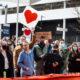 နယူးဇီလန်နိုင်ငံ Christchurch မြို့တွင် ၂၀၁၉ ခုနှစ် အကြမ်းဖက်တိုက်ခိုက်မှုအတွင်း သေဆုံးသူများ၏ မိသားစုဝင်များနှင့် အသက်ရှင် ကျန်ရစ်သူများအား ထောက်ခံအားပေးရန် တရားရုံးချုပ်အပြင်ဘက်တွင် လူအများစုဝေးနေသည်ကို တွေ့ရစဉ် (ဆင်ဟွာ)