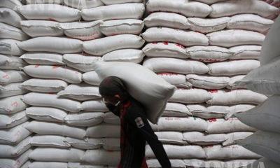 ရန်ကုန်မြို့ရှိ ဆန်သိုလှောင်ရုံတစ်ခုတွင် ဆန်အိတ်ထမ်းနေသော အလုပ်သမားတစ်ဦးအား တွေ့ရစဉ်(ဆင်ဟွာ)