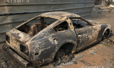 အမေရိကန်နိုင်ငံ ကယ်လီဖိုးနီးယားပြည်နယ်၌ တောမီးလောင်ကျွမ်းမှုအတွင်း ပျက်စီးသွားသော ကားတစ်စီးအား ဩဂုတ် ၂၈ ရက်က တွေ့ရစဉ်(ဆင်ဟွာ)