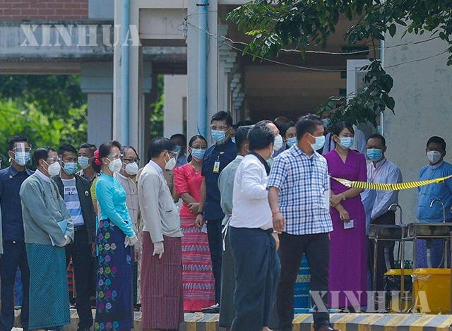 မဲပေးခြင်း သရုပ်ပြ စမ်းသပ်လေ့ကျင့်ပွဲသို့ နိုင်ငံတော် ၏ အတိုင်ပင်ခံ ပုဂ္ဂိုလ် လာရောက် စစ်ဆေးစဉ်( ဆင်ဟွာ)