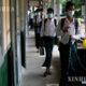 COVID-19 ကာလ ကျောင်းများပြန်ဖွင့်စဉ် နှာခေါင်းစည်းဖြင့်ကျောင်းတက်နေသည့် ကျောင်းသားတချို့အားတွေ့ရစဉ် (ဆင်ဟွာ)