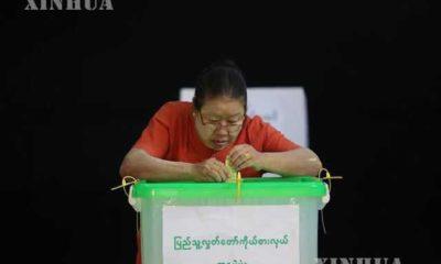 ၂၀၁၈ ခုနှစ်အတွင်း ပြုလုပ်ခဲ့သော ကြားဖြတ်ရွေးကောက်ပွဲတွင် ရန်ကုန်မြို့ရှိ မဲရုံတစ်ခု၌ ဆန္ဒမဲပေးနေသူ တစ်ဦးအား တွေ့ရစဉ် (ဆင်ဟွာ)