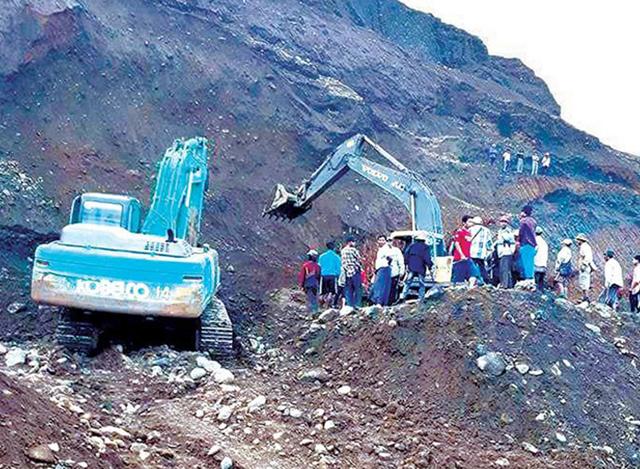 မြေစာပုံဟောင်းများ၌ ရေမဆေးကျောက်ရှာဖွေသူများအားတွေ့ရစဉ် (ဓာတ်ပုံ--MOI)