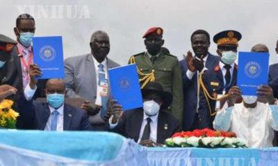 တောင်ဆူဒန်နိုင်ငံ ဂျူဘားမြို့တွင် အောက်တိုဘာ ၃ ရက်က ဆူဒန်အချုပ်အခြာအာဏာပိုင် ကောင်စီ ဥက္ကဋ္ဌ Abdel Fattah al-Burhan ၊ တောင်ဆူဒန်နိုင်ငံ သမ္မတ Salva Kiir နှင့် ချတ်နိုင်ငံ သမ္မတ Idriss Deby (ဝဲမှယာ) တို့က ငြိမ်းချမ်းရေးသဘောတူစာချုပ်ကိုပြသနေစဉ် (ဆင်ဟွာ)