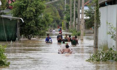 ကမ္ဘောဒီးယားနိုင်ငံ ဖနွမ်းပင်မြို့ အနောက်တောင်ဘက် Dangkor ခရိုင်တွင် ရေဖုံးလွှမ်းနေသည့် လမ်းပေါ်၌ သွားလာနေသူများကို တွေ့ရစဉ် (ဓာတ်ပုံ- Phearum/Xinhua)