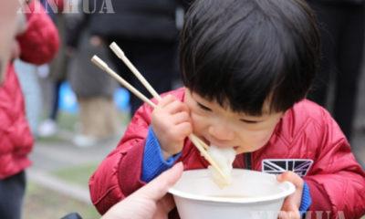 ဂျပန်နိုင်ငံ တိုကျိုမြို့တွင် မုန့်စားနေသည့် ကလေးငယ်တစ်ဦးအား ၂၀၁၉ ခုနှစ် ဇန်နဝါရီ ၁၂ ရက်က တွေ့ရစဉ်(ဆင်ဟွာ)