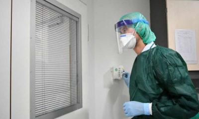 ဂျာမနီနိုင်ငံ Essen မြို့ရှိ တက္ကသိုလ်ဆေးရုံတစ်ခုတွင် အကာအကွယ်ဝတ်စုံ ဝတ်ဆင်ထားသော ဆရာဝန်တစ်ဦးကို တွေ့ရစဉ် (ဓာတ်ပုံ- Ulrich Hufnagel/Xinhua)