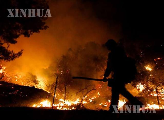 အမေရိကန်နိုင်ငံကယ်လီဖိုးနီးယားပြည်နယ် လော့စ်အိန်ဂျလိစ်နယ်မြေ Arcadia မြို့တွင် တောမီးလောင်ကျွမ်းနေသည်ကိုတွေ့ရစဉ် (ဆင်ဟွာ)