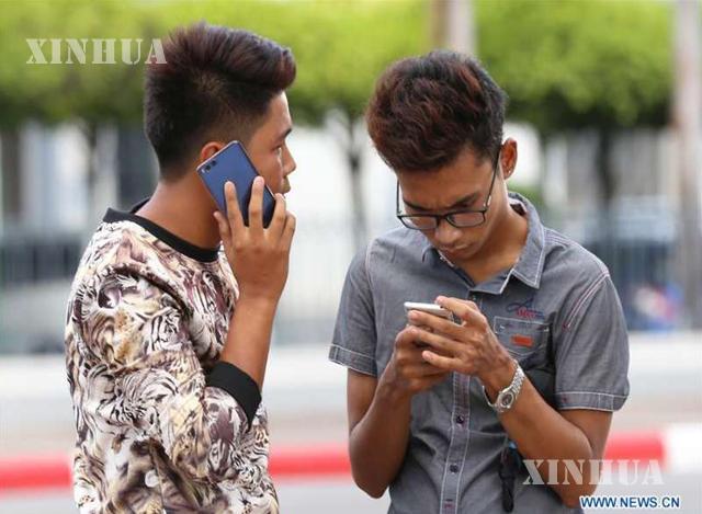 မိုဘိုင်းဖုန်း အသုံးပြုနေသူများအားတွေ့ရစဉ် (ဆင်ဟွာ)