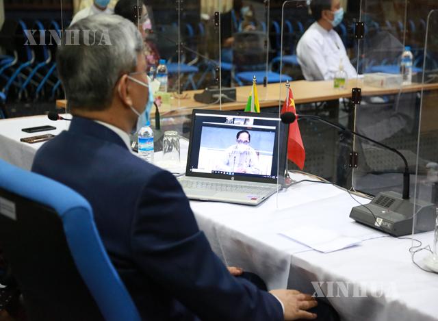 မြန်မာနိုင်ငံဆိုင်ရာတရုတ်နိုင်ငံသံအမတ်ကြီး မစ္စတာချန်းဟိုင်နှင့် Video Conferencing စနစ်ဖြင့်အခမ်းအနားတက်ရောက်နေသည့် ကျန်းမာရေးနှင့်အားကစားဝန်ကြီးဌာန ပြည်ထောင်စုဝန်ကြီး ဒေါက်တာမြင့်ထွေးအားတွေ့ရစဉ် (ဆင်ဟွာ)