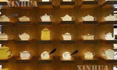 တရုတ်နိုင်ငံ ဖူကျန့်ပြည်နယ် တယ်ဟွာ့ရှိ လူငယ် ကြွေထည်လက်မှုပညာရှင် ရွှီကျင်းပေါင်၏ ကြွေဖြူထည်ရေနွေးခရားအိုးများကို အောက်တိုဘာ ၂၀ ရက်က တွေ့ရစဉ် (Xinhua/Song Weiwei)