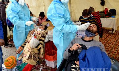 အိန္ဒိယနိုင်ငံ နယူးဒေလီ ဘတ်စ်ကားဂိတ်တစ်ခုတွင် ကိုရိုနာဗိုင်းရပ်စ်စစ်ဆေးရန်အတွက် ဓါတ်ခွဲနမူနာရယူနေသည်ကို ဒီဇင်ဘာ ၁၉ ရက်က တွေ့ရစဉ်(ဆင်ဟွာ)