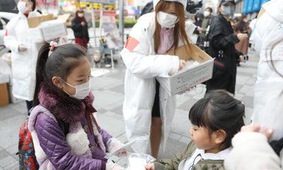 ဂျပန်နိုင်ငံ တိုကျိုမြို့တွင် စေတနာ့ဝန်ထမ်းများက ပါးစပ်နှာခေါင်းစည်းများ အခမဲ့ဝေငှပေးနေသည်ကို ဖေဖော်ဝါရီ ၂၉ ရက်က တွေ့ရစဉ်(ဆင်ဟွာ)